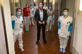 Coronanieuws: premier Rutte opnieuw op bezoek in ziekenhuis Bernhoven in Uden