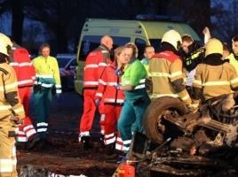 Bestuurder van bestelbus zwaargewond bij botsing tegen boom in Venhorst